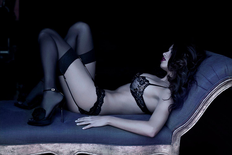 http://1.bp.blogspot.com/--jmqT0H_lew/TcHSv5eWCOI/AAAAAAAAErc/nMM6GedL03U/s1600/Adriana_Lima_Black_And_White_Lingerie_Photoshoot_008.jpg