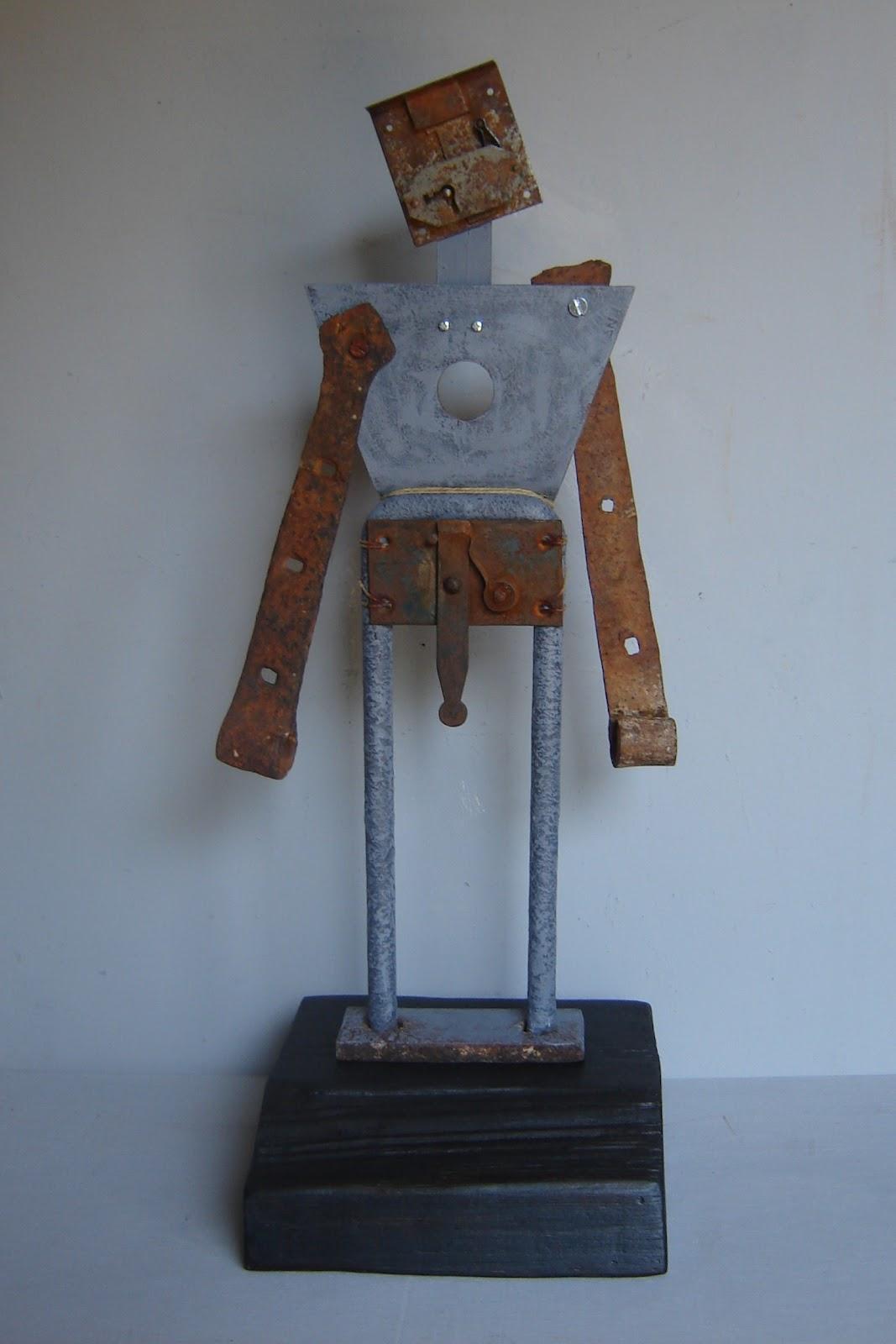 esculturas abstractas y ensamblajes artsticos hechos con materiales encontrados