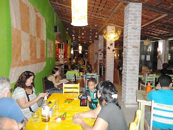Restaurante Tulipas em dia de abertura de festival, com casa cheia