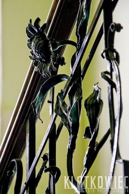 Tarnów. Kamienica z secesyjną balustradą ze słonecznikiem.