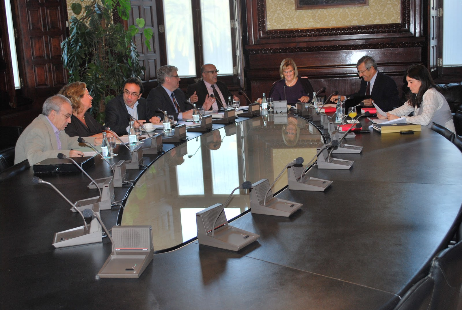La mesa del parlament admet a tr mit la i l p a favor de for Mesa parlament