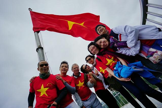 Lá cờ được treo trên cột cờ với chiều dài 54m