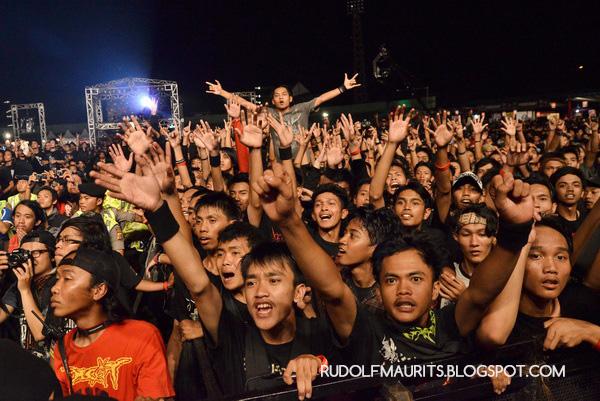 Para begundal antusias menyaksikan Burgerkill di Bandung Berisik 2013