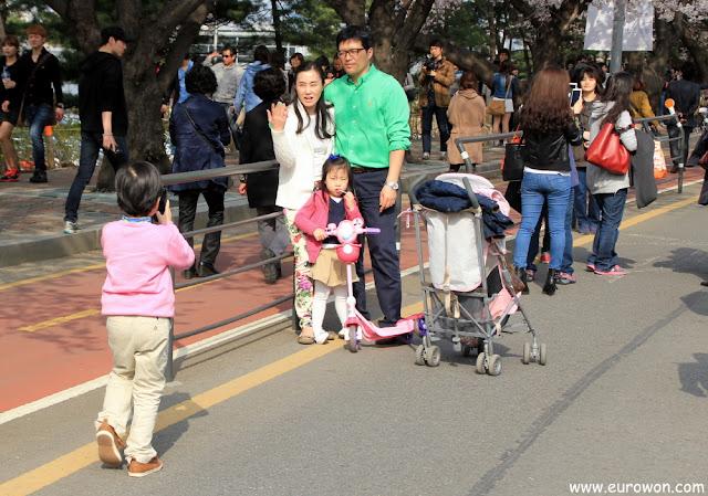 Niño tomando foto a padres y hermana