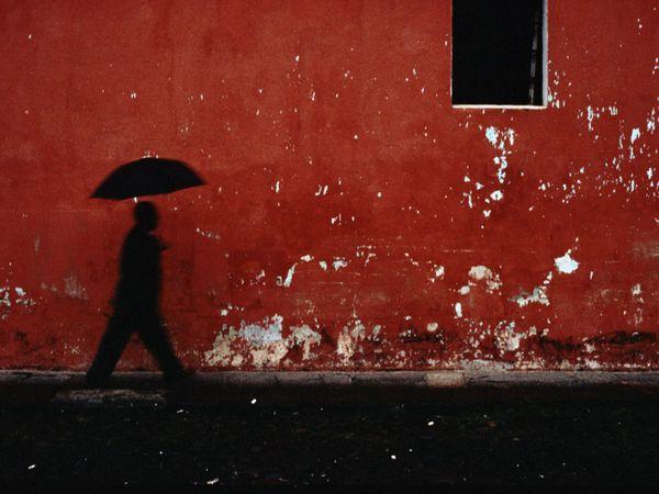 http://1.bp.blogspot.com/--mESgBOe67s/TXDvICQmUuI/AAAAAAAAAAU/1pWWKbt-1Ug/s760/umbrella-silhouette-red-wall_13680_600x450.jpg