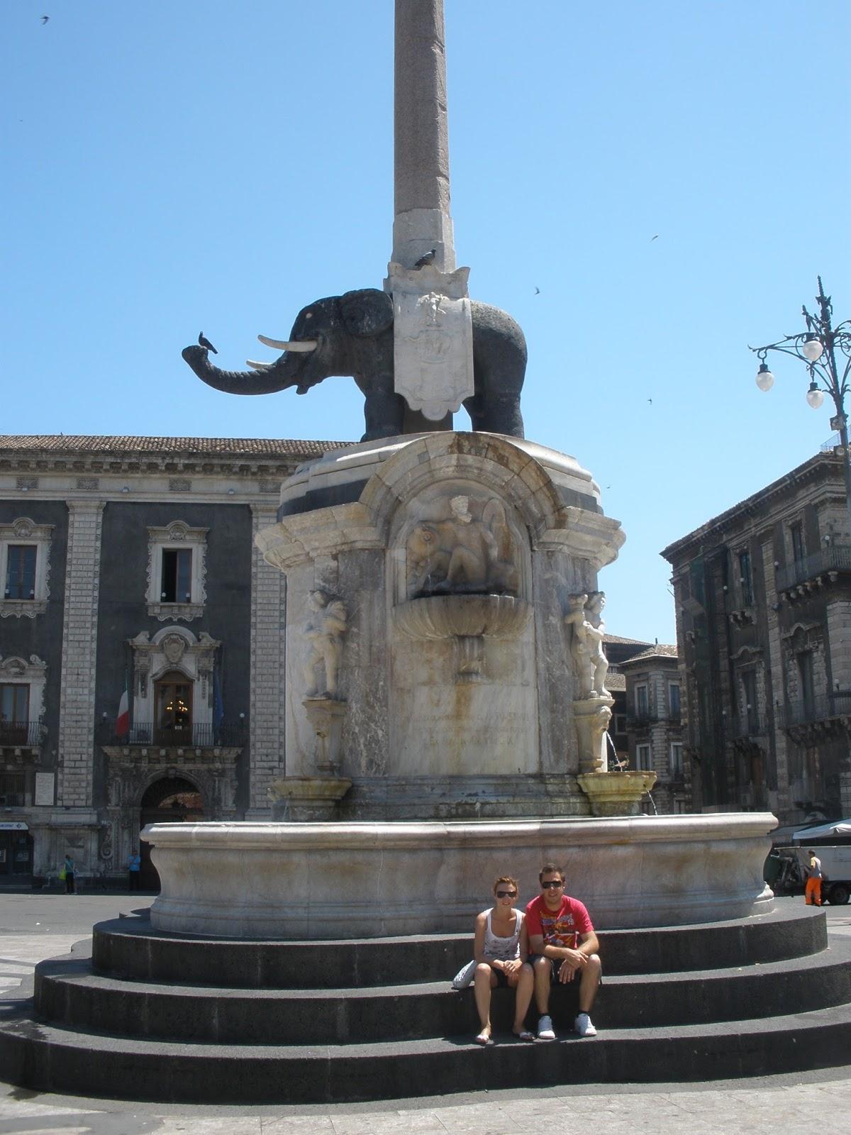La Fuente del Elefante, Liotru decorado con un obelisco Egipcio y con un insignia de Santa Águeda, patrona de la ciudad de Catania.