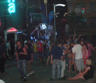 Calle de fiesta Paceville en Malta