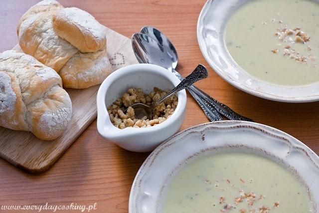 Zupa z cykorii z orzechami i gorgonzolą