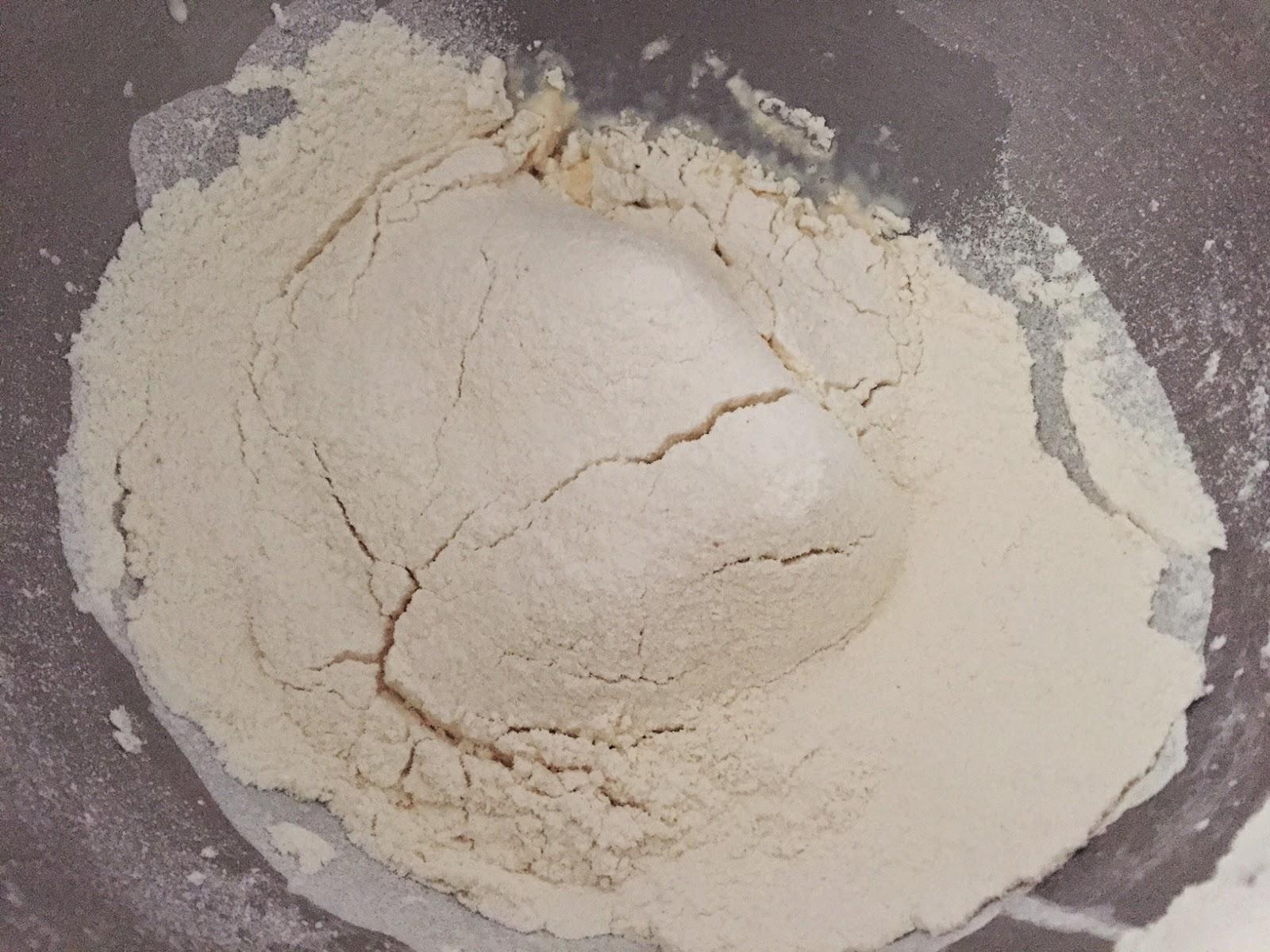 Bollitos de cecina y pimientos rellenos de queso, incorporando harina, levadura y azúcar.