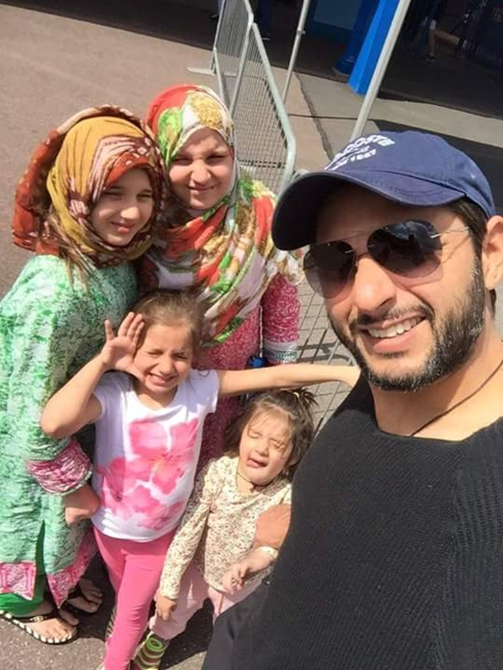 Shahid Afridi with his lovely daughters