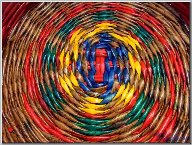 плетение подноса из окрашенных заранее трубочек