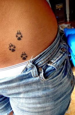 Tattoo de patas de cachorro feminina na virilha