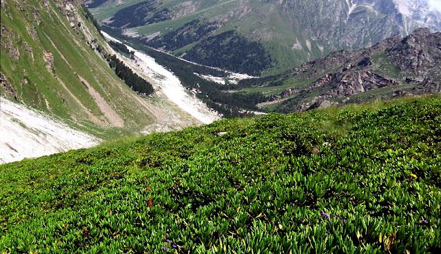 Горы Кавказа. Небо, вершины и долины кавказских гор - извечная красота