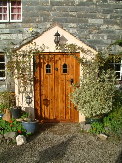 An old country door for a stone cottage. & Dormitorio Fresco: DOORS ARE THE ENTRY TO YOUR HOME Pezcame.Com