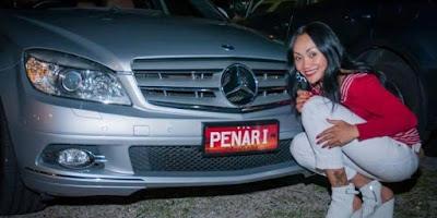 Maria Leeds dengan mobilnya PENARI.