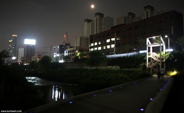 Luna llena sobre el arroyo Cheonggyecheon