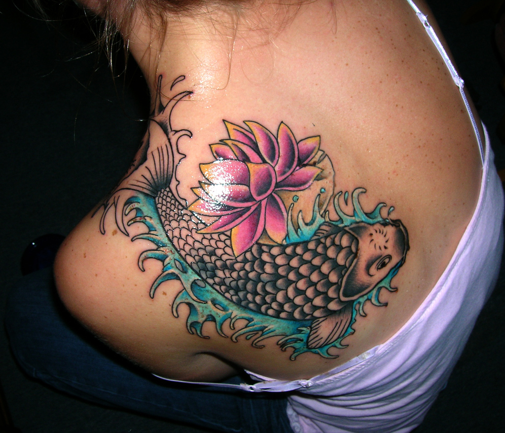 http://1.bp.blogspot.com/--qMLfFBwx1s/Tdoq57jhaEI/AAAAAAAAA_w/2dOKIlfVfEc/s1600/Colorful-Fish-Back-Tattoo-Design-For-wows-2011.jpg