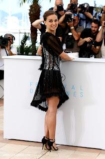 ناتالي بورتمان في فستان شفاف يظهر ملابسها التحتية في كان