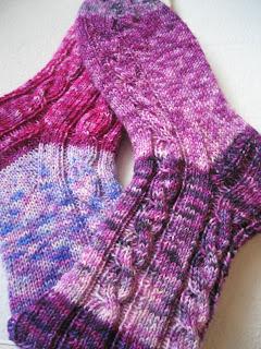 Schon lange fertig sind diese Socken, aber erst jetzt abfotografiert. Ich muss echt mal alles nachbloggen, was ich in letzter Zeit so versäumt habe. Also freut euch schon auf das nächste fertige Sockenpaar.