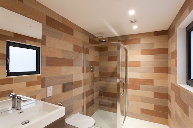 Picture of second bathroom with wooden planks on the wall