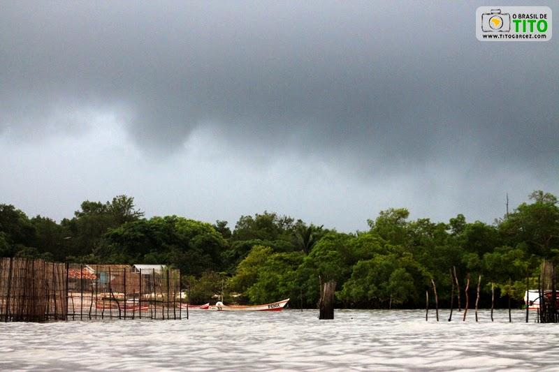 Tempo nublado e comunidade de pescadores na ilha de Maiandeua (Algodoal), no Pará