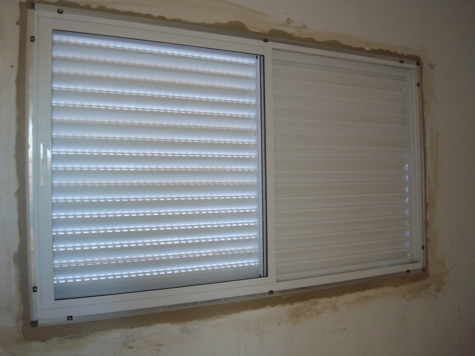 parede ainda vem um acabamento de alumínio em toda volta da janela #4C627F 1600 1200