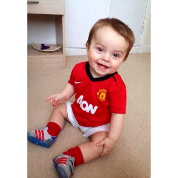 Foto bayi lucu pakai baju seragam sepak bola manchester united