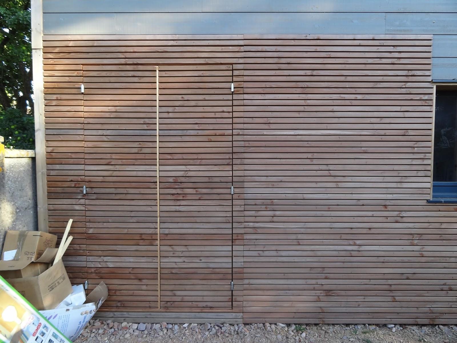 Une maison en bois ma porte de pr au invisible for Porte bois exterieur jardin