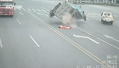 Απίστευτο βίντεο: Τον χτύπησε φορτηγό και... έζησε!