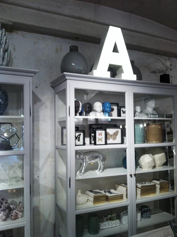 vitt vitrinskåp artilleriet, inredningsdetaljer artilleriet, tips på butik i Göteborg, inredningsbutik, artilleriet
