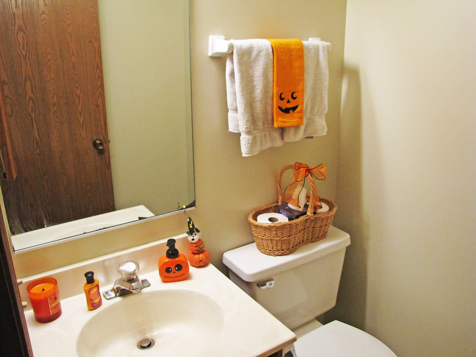 jen s happy place  all ghouls halloween party 2011  warning  pic. Halloween Bathroom Decor Awesome Design   Agemslife com