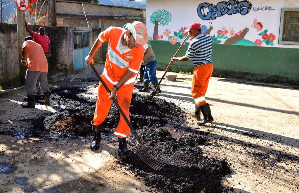 Operação tapa-buracos na Rua Manoel Carreiro de Mello, no Pimentel