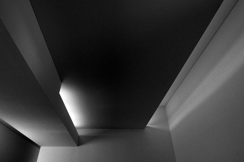 Pormenor do tecto com reentrâncias para iluminação