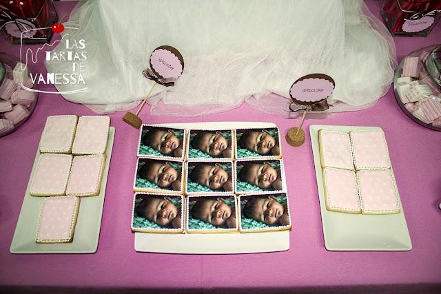 galletas de mantequilla decoradas con papel de azúcar y glasa