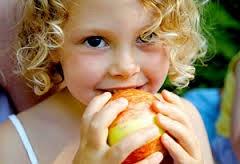 nenita comiendo manzana