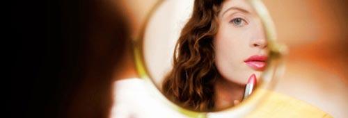 automaquillaje chica con espejo