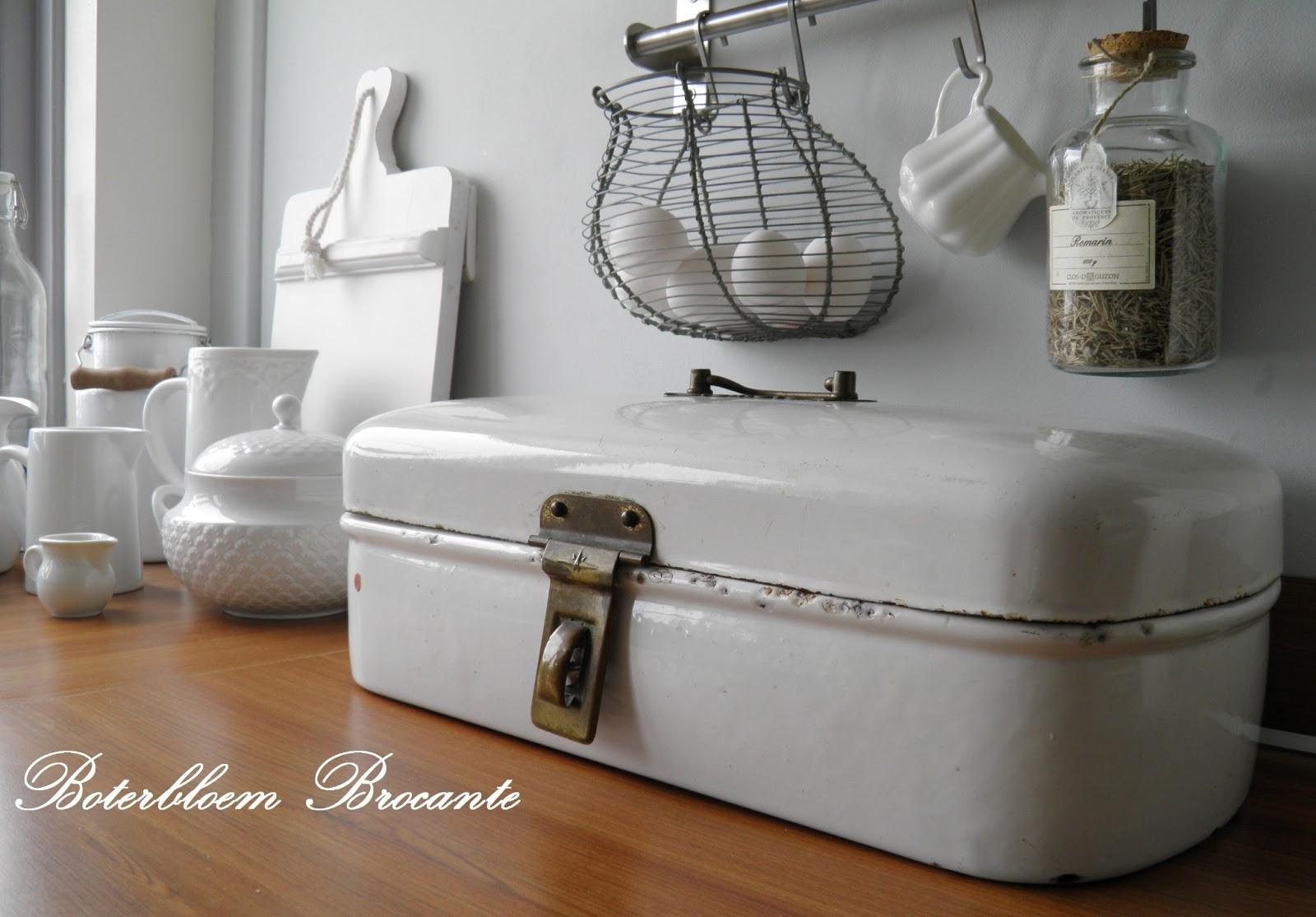 Witte Keuken Buffetkast : ... keuken van spulletjes op de aanrecht ...