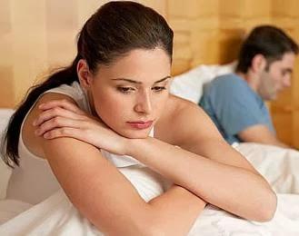 أسباب الفتور في العلاقة الحميمة بين الرجل والمرأة بعد الزواج  - امرأة حزينة مع زوجها رجل