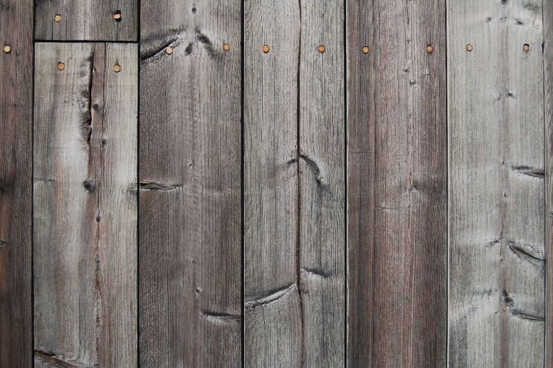 Behandla trä så det ser gammalt ut