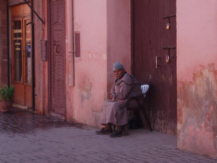 Aquel señor en los siglos de la puerta...