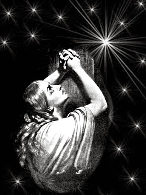 En la imagen una mujer reza desde su ventana a las estellas