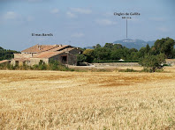 El mas Barnils i els Cingles de Gallifa al seu darrere després de baixar de l'ermita de Barnils