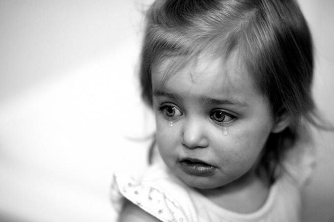 صورة طفلة مدبلجة أبيض وأسود تبكي