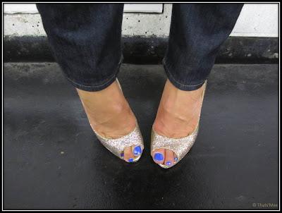 Escarpins peep toes dorés yolanda Christian Louboutin, vernis bleu pedicure New York