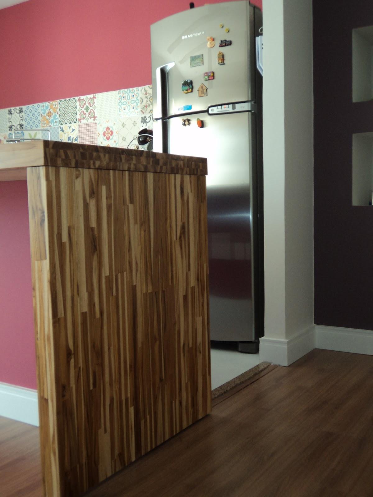 Detalhe da Bancada em Corian com cooktop e painel em azulejos  #8B4043 1200x1600 Bancada Banheiro Teca