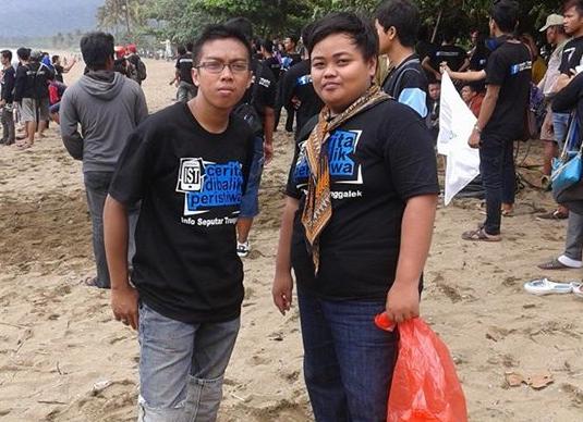 Bakti sosial mengambil sampah yang berserakan di Pantai Prigi