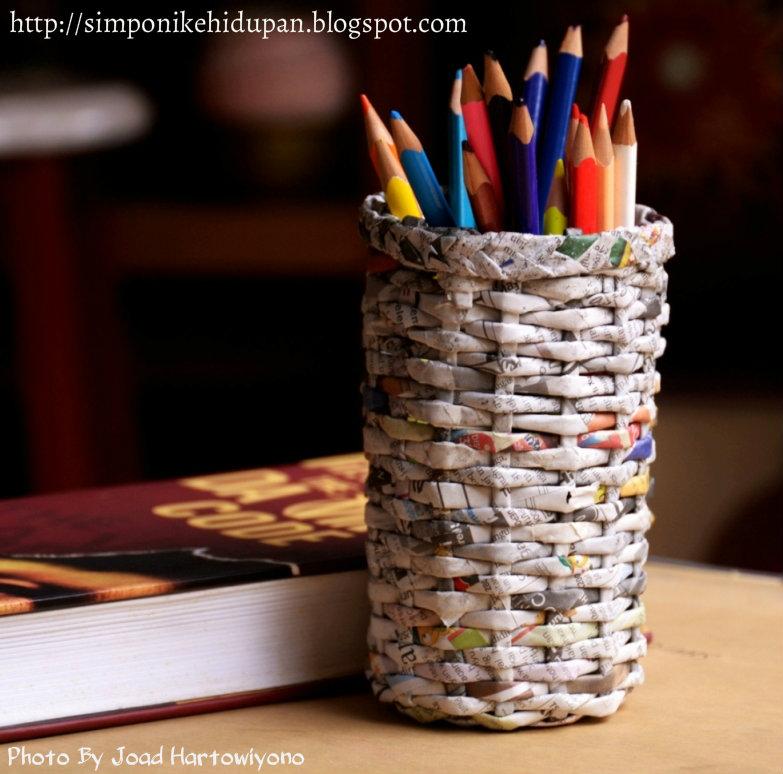 ... saya akan mencoba membuat tempat pensil dari daur ulang kertas koran