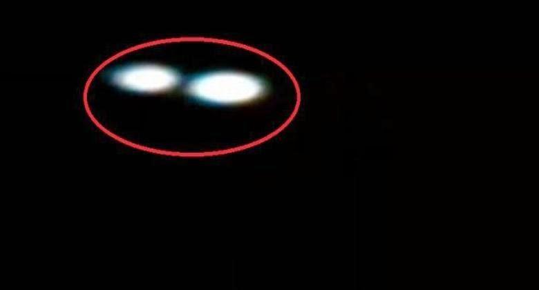 Seorang Wanita Berhasil Mengabadikan UFO di Halaman Rumahnya