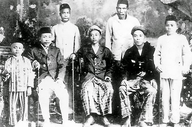Brunei Old Photo A 1915 photo shows what men wore at that time