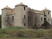La vivenda del propietari envoltada per quatre torres que li confereixen un aspecte de castell